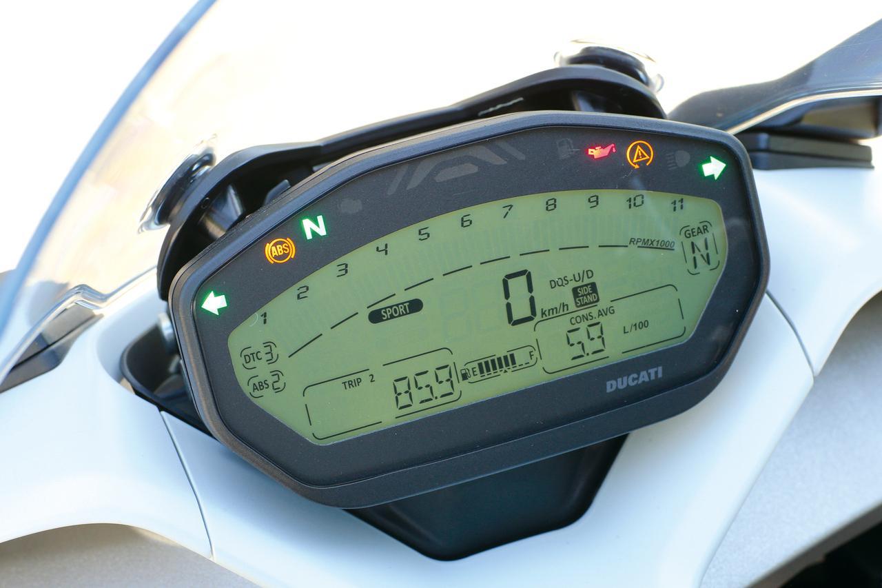 画像: コンパクトな液晶メーターは、バーグラフ式のタコメーターや速度、燃料残量、燃費などの基本的な情報はもちろん、ライディングモード、ABSやDTCなどに関する情報までを表示。