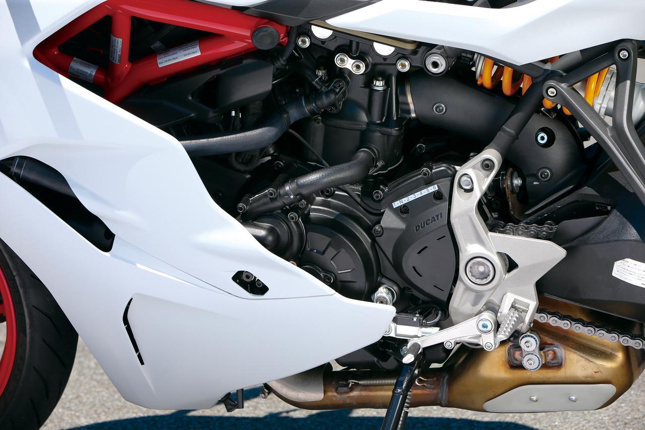 画像: ハイパーモタードに搭載された937㏄水冷Lツイン、テスタストレッタ11°がベース。吸排気系を改良することで、スーパースポーツとの名にふさわしい性格に仕立て直されている。