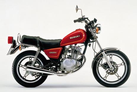 画像: ■SUZUKI GN125E(1982年8月発売) シングルエンジンの軽快な乗り味と経済性を活かしたシリーズ最小モデル。250と同じく新デザインのキャストホイールを採用する。 ●空冷4ストOHC2バルブ単気筒●124cc●14PS/10000rpm●1.0kg-m/8500rpm●101kg●2.75-18・3.50-16●24万3000円