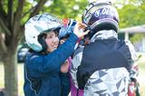 画像: グループが集まったら一緒にペアリング操作をすればすぐにグループ通話が行える。ヘルメットをかぶった状態なら隣のライダーのスイッチを押してあげるとスムーズ。