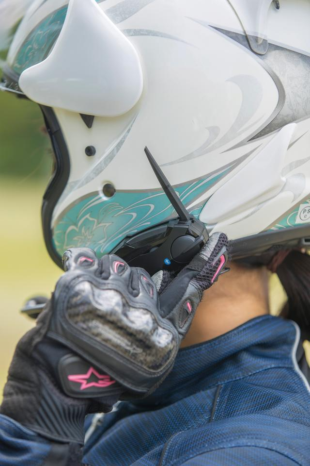 画像: ビーコムシリーズはスイッチ類の操作性がいいことも特徴。グローブを着けたままでもストレスなく操作できる。最大1.4kmの通話距離を実現するアンテナは収納式。