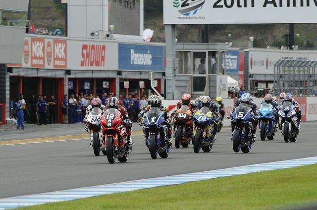 画像: スタート直後! 津田が一歩リードしますが、ヤマハのふたりがレースをリードします