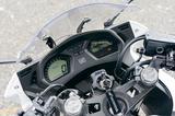画像: 燃料計、時計、各種燃費計など車両情報を集約したフル液晶タイプの2眼メーター。「面白いデザインですよね。ギアポジションがあればもっと良いなと思いました。