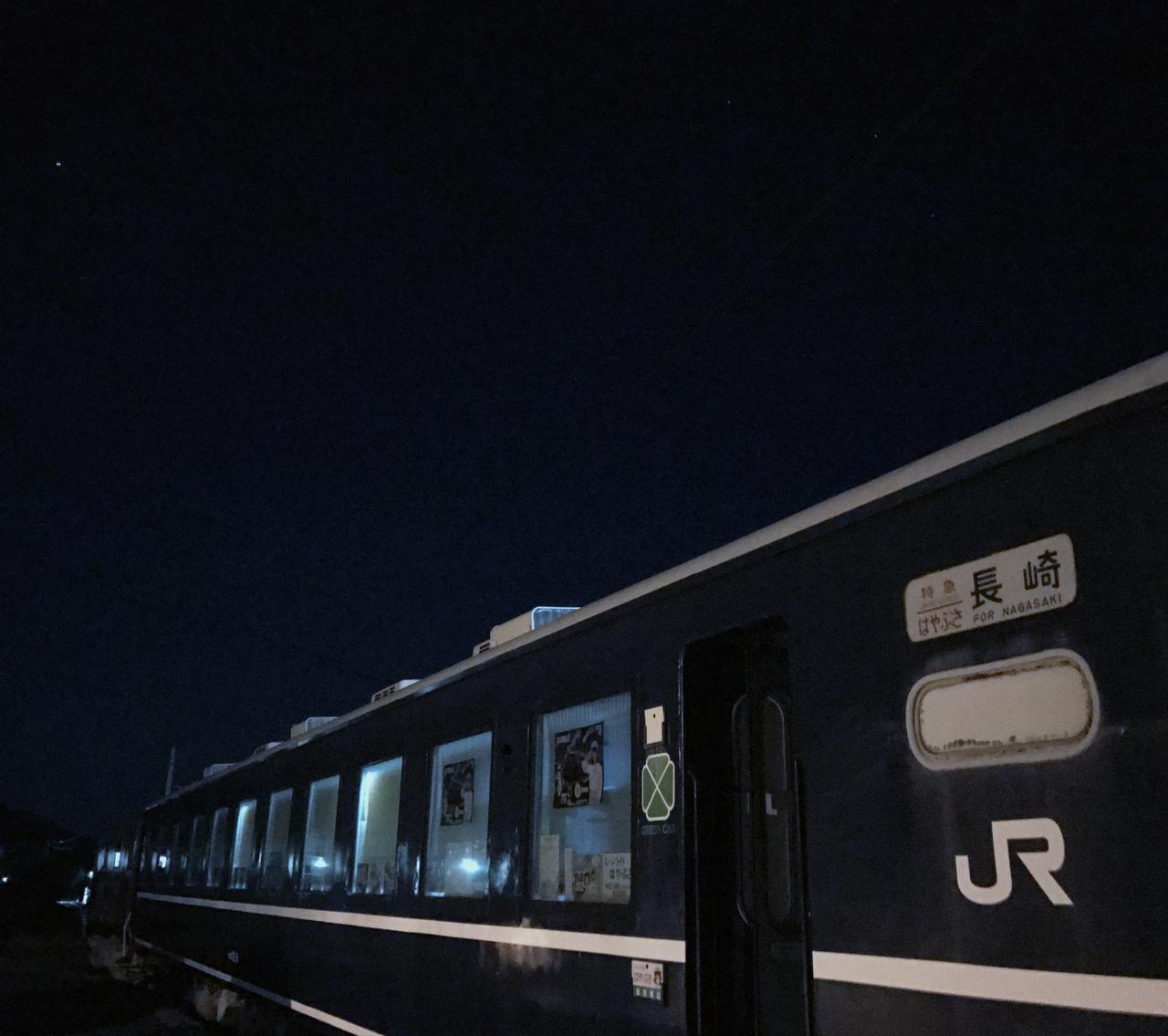 画像: 静寂な若桜の夜を見上げてみると、ブルトレの上には星空も垣間見え、本当に列車が走り出しそうな雰囲気です。