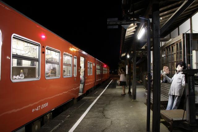 画像: そして晩ご飯ご一緒していた若桜鉄道の方を隼駅でお見送り。