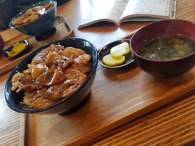 画像: 『西洋軒』の豚丼。塩ラーメンを食べているお客さんも多かったと思います。