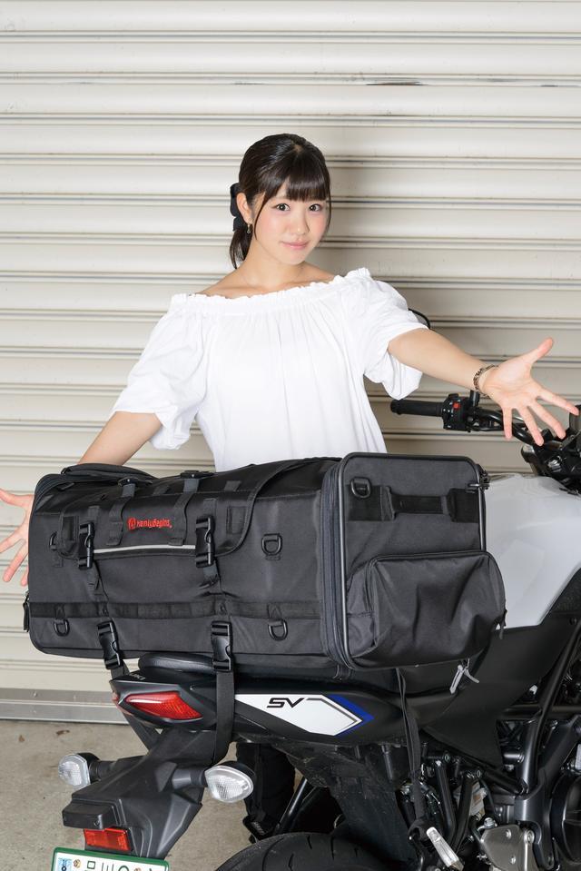 画像: バッグの横幅は約70㎝。装着したSV650のハンドル幅より狭いので左右への張り出しに気を使わず走れる。 [サイズ]縦300㎜×横700㎜×奥行320㎜   [容量]約70L