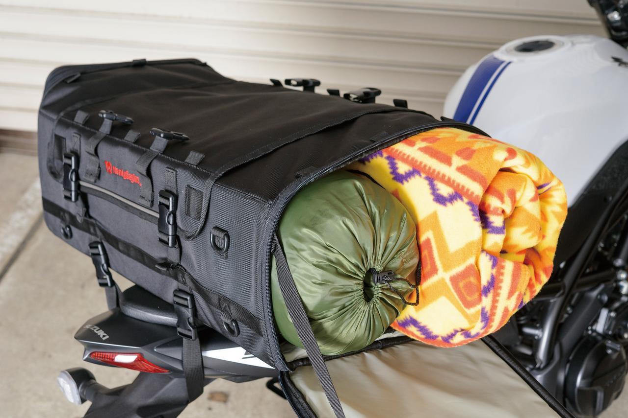 画像: シュラフ程度なら余裕を持って収納可能だし、一人用テントも収まるサイズ。上面に見える4個のバックルに付属のホールドベルトを接続すればマットなども固定できる。
