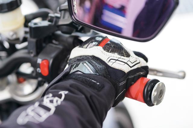画像: チューブに厚みがあるので、1㎜ちょっと(収縮後)グリップが太くなる。どちらかと言えばアメリカンやスクーター向きだ。