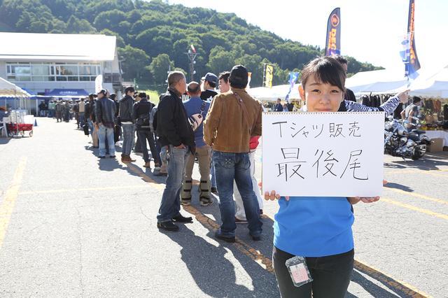 画像: イベントスタート前から、会場限定のオリジナルTシャツを求める長〜〜い列が。