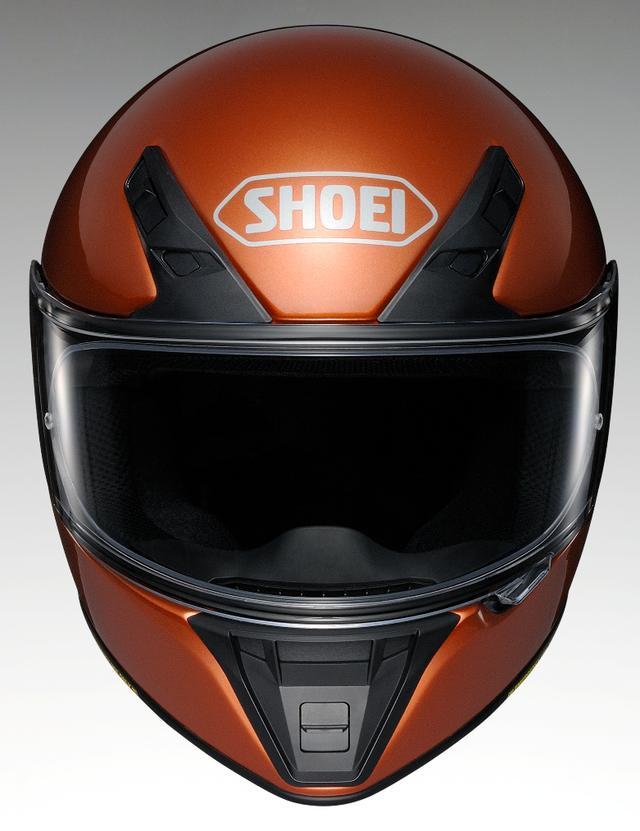 画像: デザイン的にもアクセントとなっているベンチレーション。前頭部2カ所のインテークと、後頭部2カ所のアウトレットによってヘルメット内の熱気を排出。口元のエアインテークは走行風をシールド内側に流し、曇り解消にも貢献。