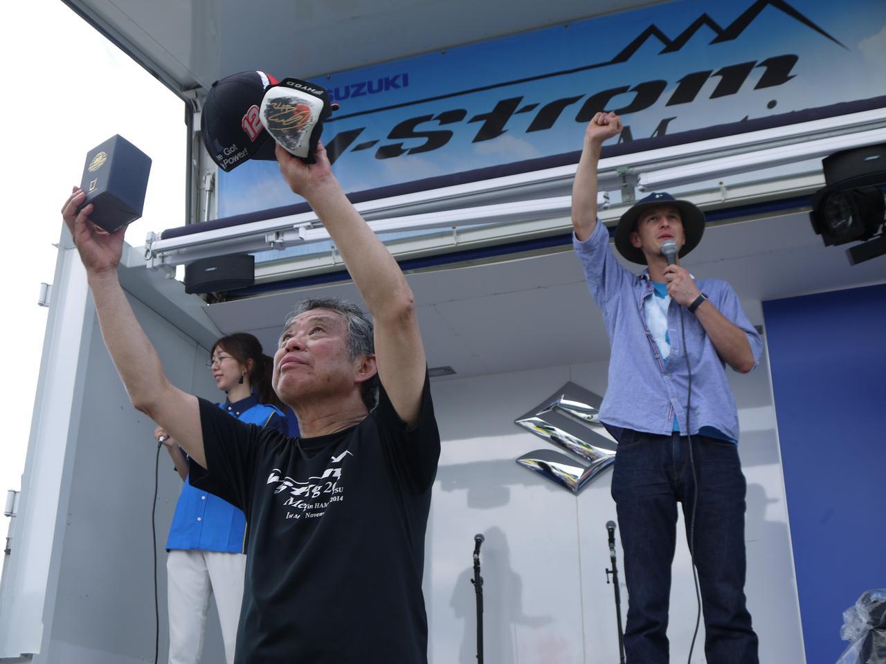 画像1: バースデイサプライズで、花束を受け取る加曽利さん、御年70歳! 「60代は人生の中で一番走ったし楽しめた、だから70代はもっと走って楽しんじゃいます!」と、まだまだ鉄人っぷりは健在です。日本