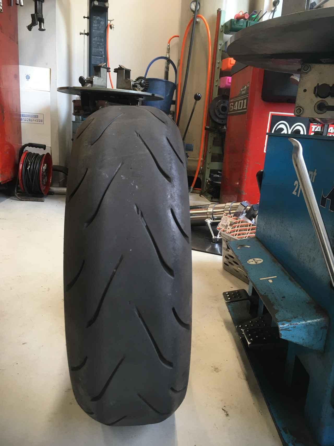 画像: それに、直線ライダーなので、 タイヤが立ちます