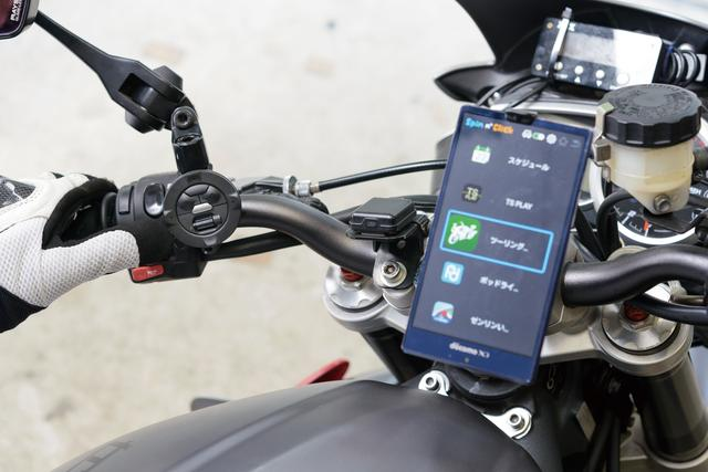 画像: コントローラーを親指が届く場所に取り付けることが重要。ブルートゥースの通信距離は約30㎝以内だ。