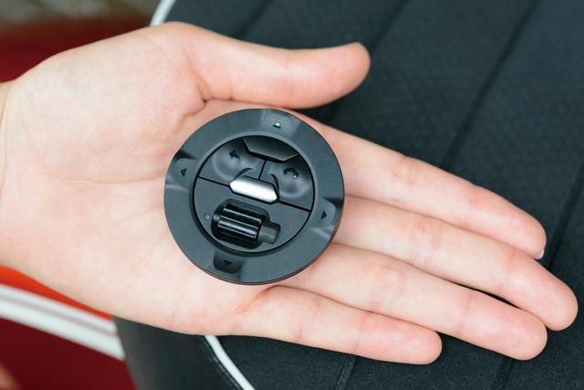 画像: コントローラーは直径約50㎜、厚さ約13㎜とコンパクトで、重量も僅か18g。外周の上下左右にあるスイッチのほか、ホームボタンや戻るボタンでスムーズに操作できる。
