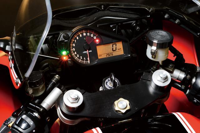 画像: デビュー当時としては最新のアナログ回転計に液晶多機能パネルを合体させたメーターを採用していたのだが、2002年のマイナーチェンジで速度計・回転計共にアナログの2連メーターに変更される。