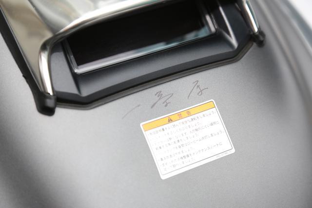 画像: 色紙に、そして愛車のタンクにサインをお願いするオーナーさんとリクエストに笑顔で応える一条さん。