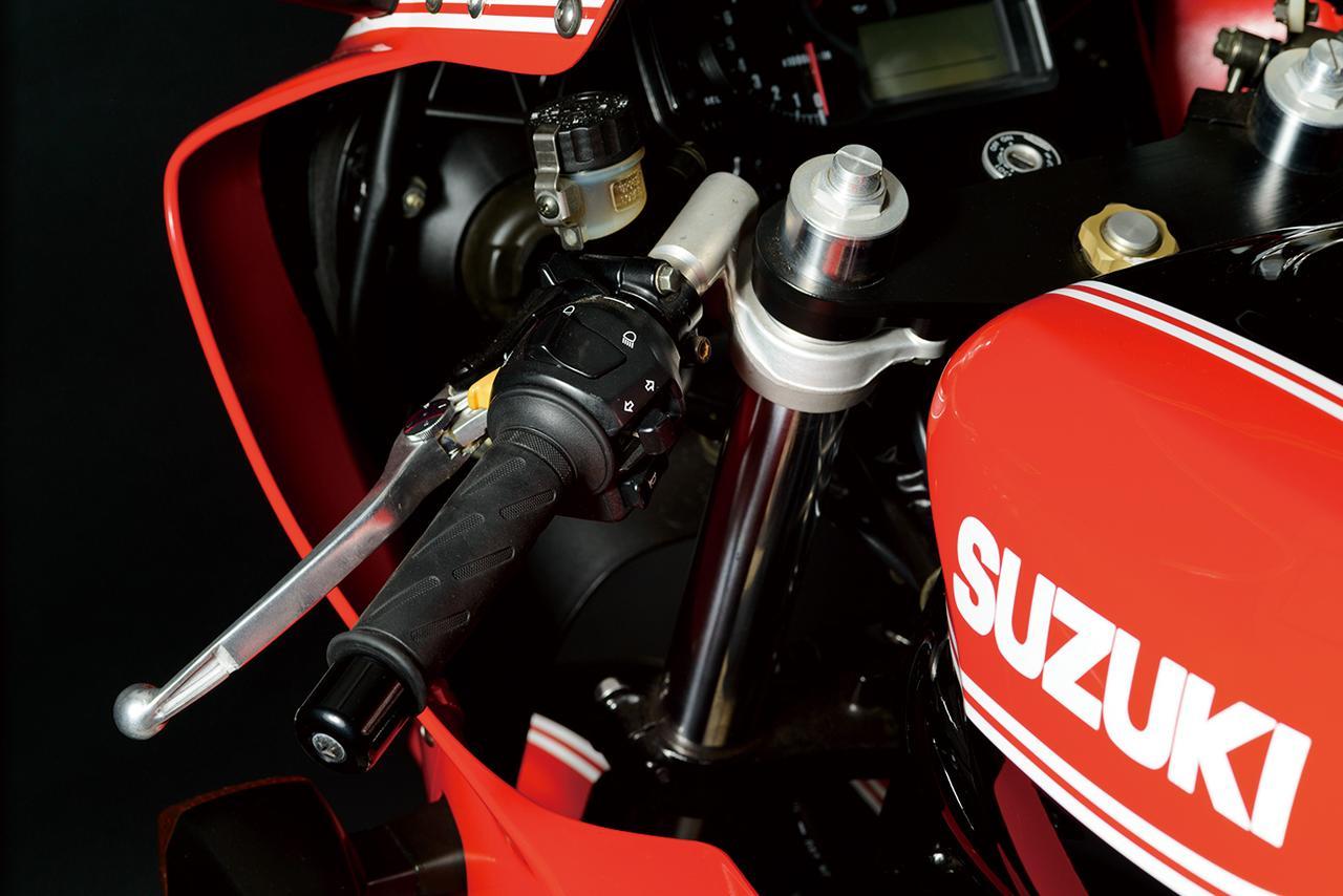 画像: アルミ製の鍛造セパレートハンドルを装着するなど、細部のパーツにもこだわってレーサーのイメージを演出している。左側ハンドルにマスターシリンダーが見えることでもわかるように、油圧式クラッチを採用。