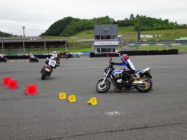 画像: スラロームも、コースを広く取ってやれば、どんどんスピードが上がって難しくなります