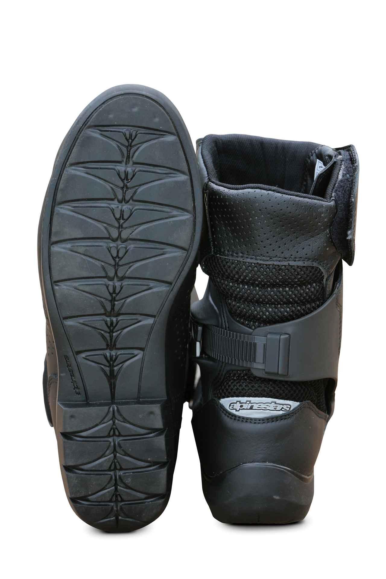 画像: ソールはオフロードを歩いても滑りにくいパターンを採用。高さ約25㎝のミドル丈でプロテクション性能と履きやすさがうまくバランスしている。