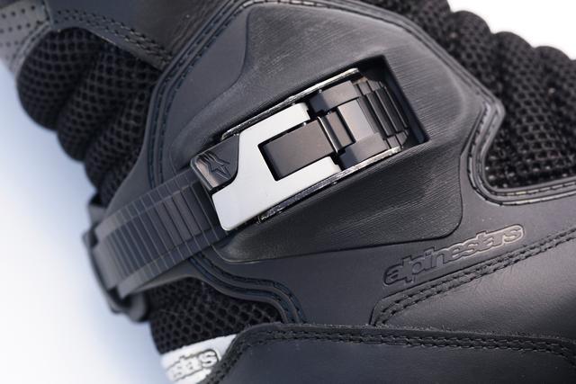 画像: 足首のホールド度合いはラチェット機構付きバックルで微妙に調整できる。バックルを起こせば一気にリリースするので履き脱ぎもスピーディー。