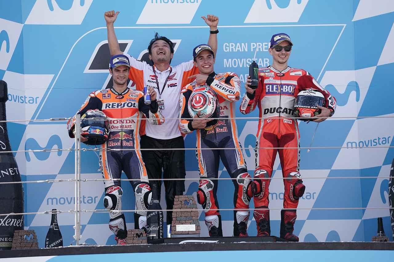 画像: スペイン人が表彰台を占めたアラゴンGP。HRCの芝山さんのうれしそうなこと!w