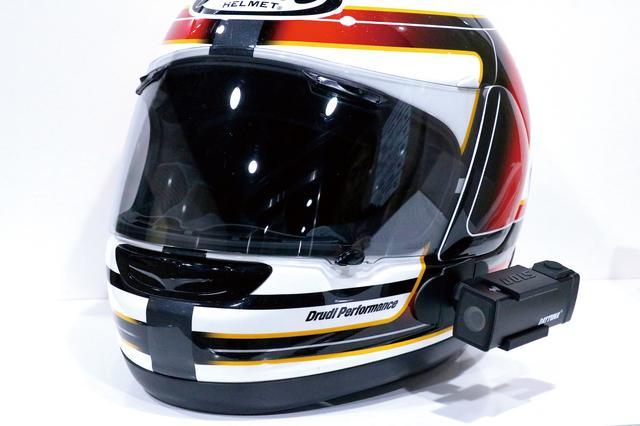 画像: ヘルメットに装着する貼り付けマウントも同梱されている。頭の向きに連動するのでライダー視線のリアルな映像が記録できる。