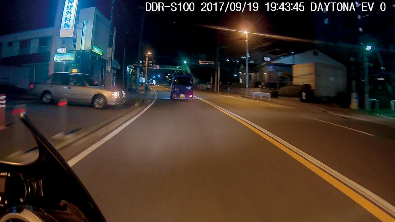 画像: 夜間撮影でも鮮明な映像。車の車種や色もはっきり識別できる。HDR機能も搭載しているので、コントラストの強い被写体でも白トビが起こりにくい。