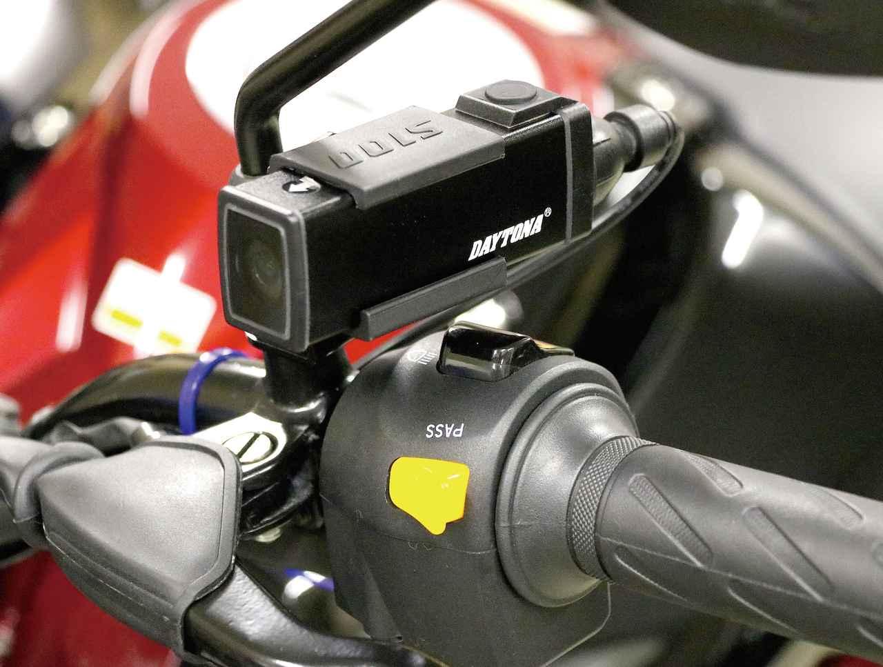 画像: デイトナ DDR-S100 [本体サイズ]長さ260㎜×高さ35㎜×幅26㎜   [重量]70g 価格:2万520円(税込) 付属のステーでミラー取り付け部に固定した状態。本体重量が70gと軽量なので振動によるブレも少ない。
