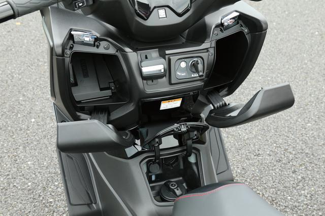 画像: インナーラゲッジの左側は2.8L、右側は3.5Lの収納容量。右側の内部には携帯電話などの充電に活用できる12V DCソケットも用意。