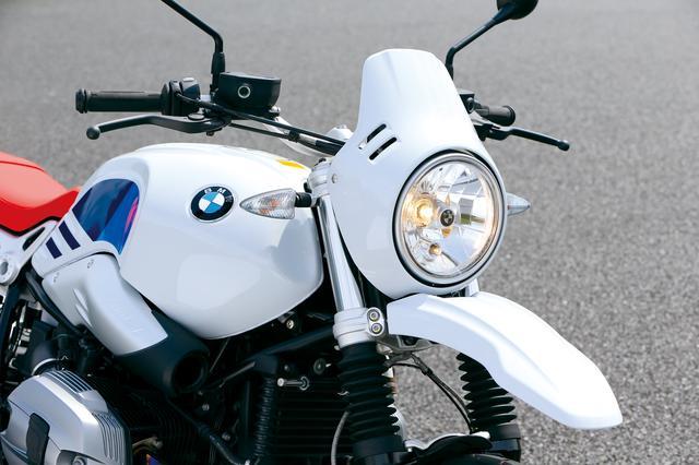 画像: コンパクトなウインドスクリーンと一体化されたヘッドライトマスクやフロントフェンダーが印象的なフロントマスクもR80G/S風味。