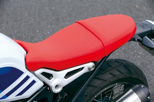 画像: アーバンG/Sのスタイルのルーツ、R80G/Sの印象的な赤い表皮のシートも再現。白ベースのカラーリングと合わせてクラシカルな雰囲気満点。