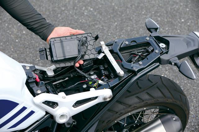 画像: この9月から、BMWはHP4 RACE以外の全モデルにETC2.0を標準採用した。このアーバンG/Sでも、シート下に専用ステーを介して装着する。