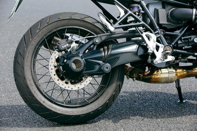 画像: 片持ちスイングアームで支持されれるリアホイールももちろんスポーク化。タイヤサイズ自体はキャストホイール仕様と変わらない。