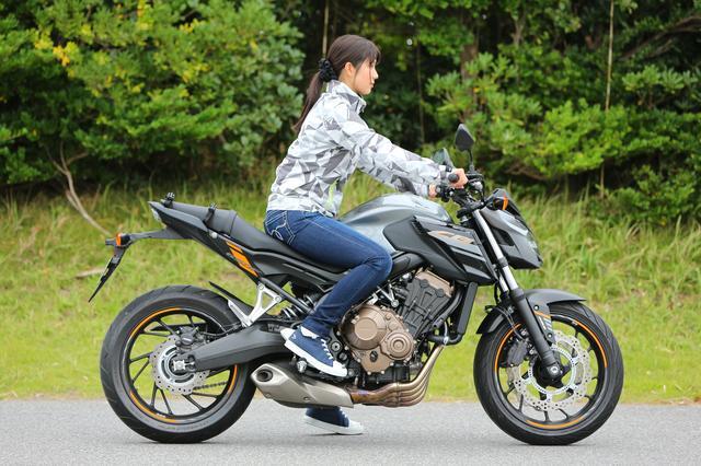 画像2: 以前、カウル付きのバイクが苦手って言ってた理由は、フロントタイヤの動きが見えないのが不安だからだったよね