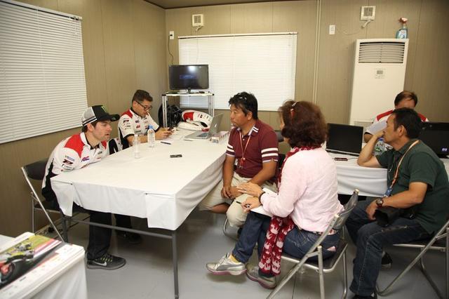 画像: カルの向こうにルーチョさん、中央がワタシ、隣に通訳のソニアさんがいて、右はじに八代さん こんんかんじでインタビューがすすみます