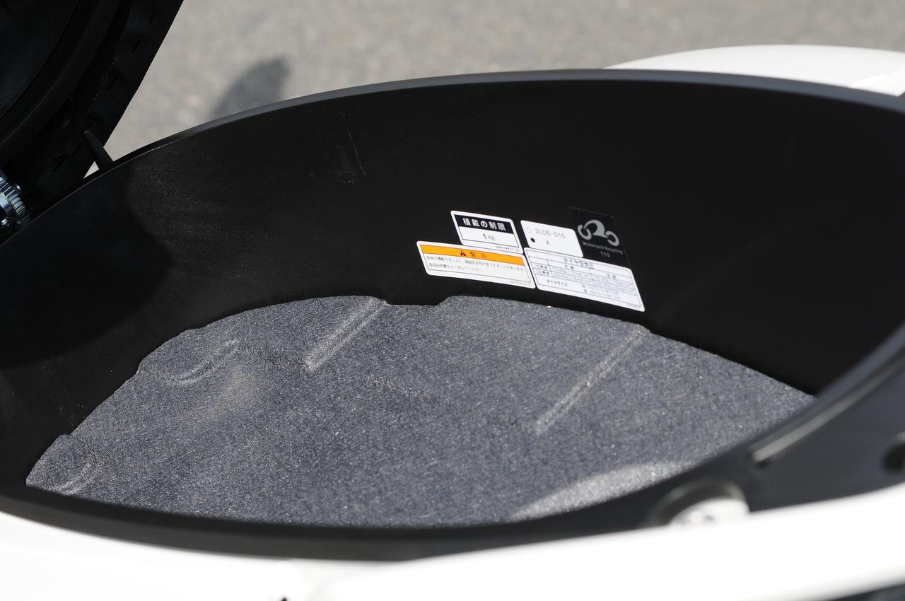 画像: 155ccスクーターといえど、収納力には自信のあるマジェスティS。約32Lのシート下トランクを装備。