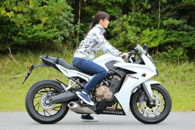 画像1: 以前、カウル付きのバイクが苦手って言ってた理由は、フロントタイヤの動きが見えないのが不安だからだったよね