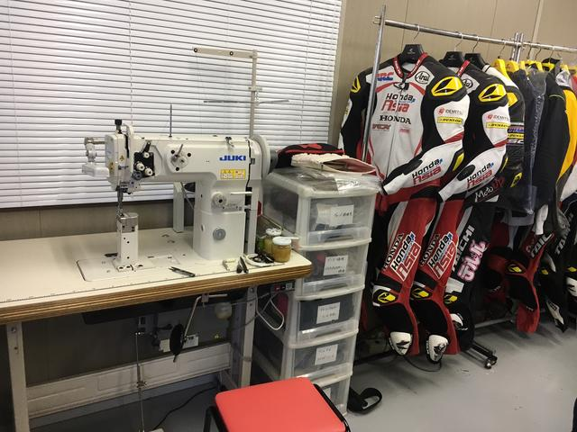 画像: 通常、サポートライダーには5着分のレーシングスーツを用意。その中の3着はエアバッグを搭載するなどして、いつでも走行できる状態にしておくそうです。