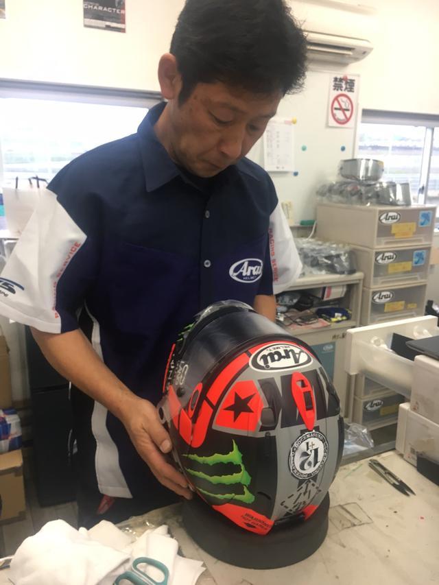 画像: 遠藤さんはMotoGPライダーのマーベリック・ビニャーレス選手のメットをメンテナンス。