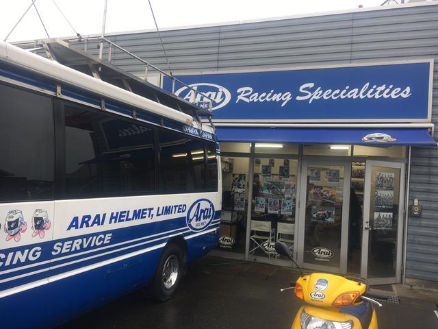 画像: ブースの前にあるサービスバス。この中で何が行なわれているかというと…