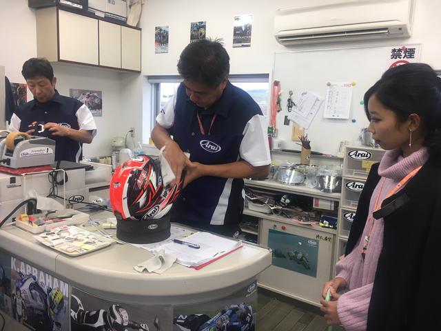画像: 日本グランプリに遊びに来ていた本誌モデルのステラちゃんも作業の素早さに見入ってました。