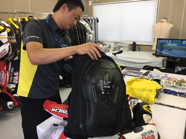 画像: Moto3クラス予選を前に、Honda Team ASIAのナカリン・アティラブハバト選手のレーシングスーツにエアバッグを装着中。