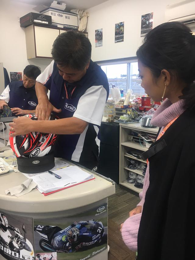 画像: 古厩さんが作業しているのはMoto3ライダーのパトリック・パルキネン選手が使用しているヘルメット。