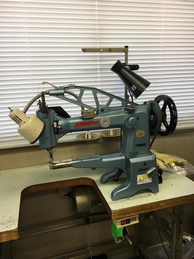画像: もてぎのサポートブースにはミシンも設置してあり、緊急リペアにも迅速に対応。グローブやブーツを縫えるタイプのミシンも用意されていました。