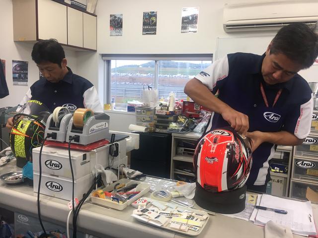 画像: 作業をしながらお話を聞かせてくださった、アライヘルメットの古厩さん(右)と遠藤さん(左)。