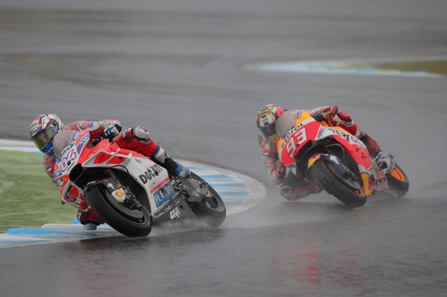 画像: ラスト5周でトップに浮上したドビツィオーゾ しかしマルケスも逃がしません!