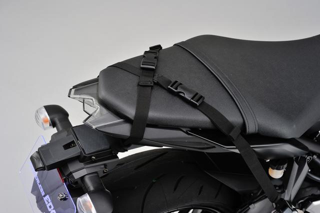 画像: あらかじめバイク側にベルトを装備しておけば、バッグの取り付けも簡単。