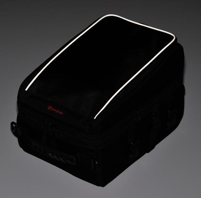 画像: バッグのパイピングは反射素材となっているので、夜間走行も安心。