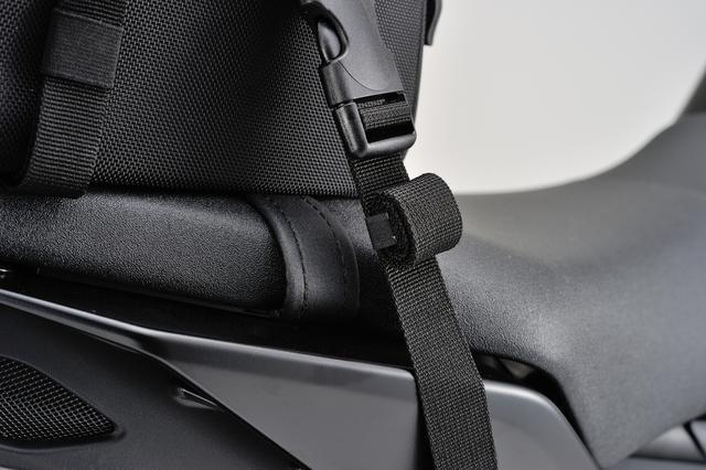 画像: 余ったベルトがバタつかないよう、テープをくるくる巻いて面ファスナーで固定ができるようになっている。